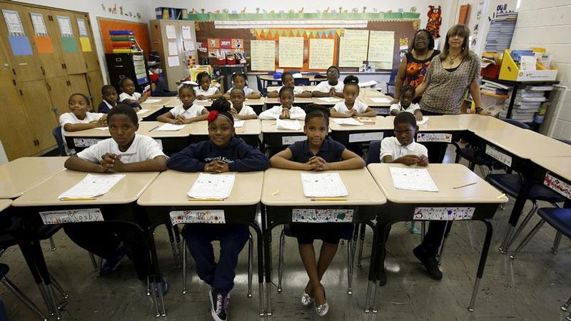 دانش آموزان همراه دو معلم خود سر کلاسی در شیکاگو آمریکا.