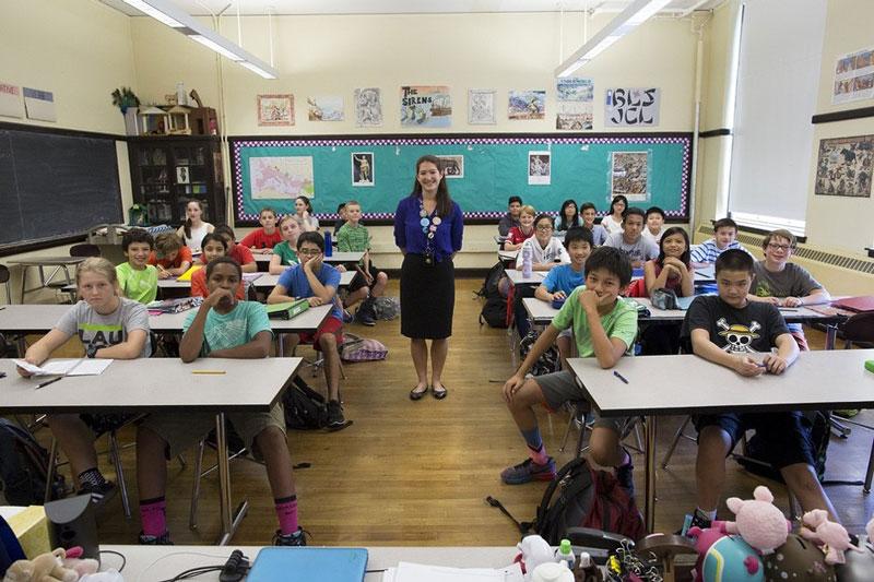 معلم و دانش آموزانش در یکی از قدیمی ترین مدارس آمریکا.