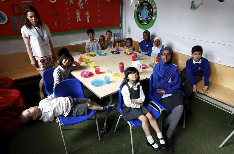 مدرسه ای در لندن که مخصوص مهاجران ساخته شده است، در این کلاس دانش آموزان در سنین مختلف حضور دارند.