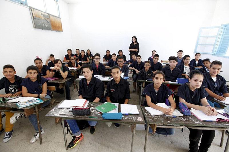 معلم و دانش آموزانش در اولین روز مدرسه، تونس.