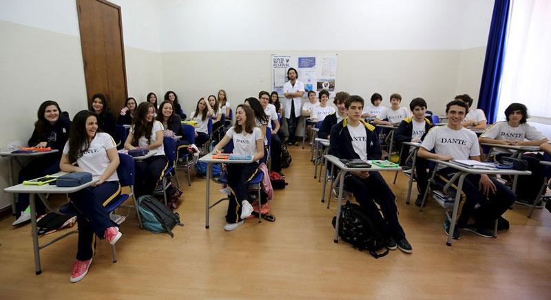 دانش آموزان سال اول دبیرستان به همراه معلم خود، برزیل.