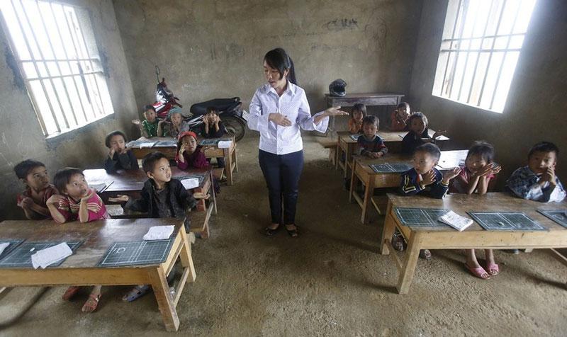 معلم این کودکان ویتنامی با وجود نبود کتاب و لوازم اکترونیکی به آنها آموزش می دهد.