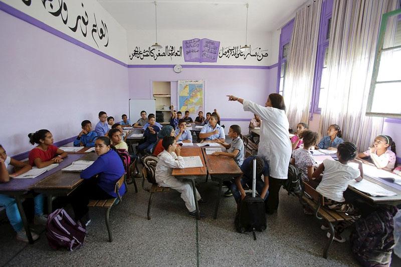 دانش آموزان مراکشی در حال گوش دادن به تدریس معلم خود.