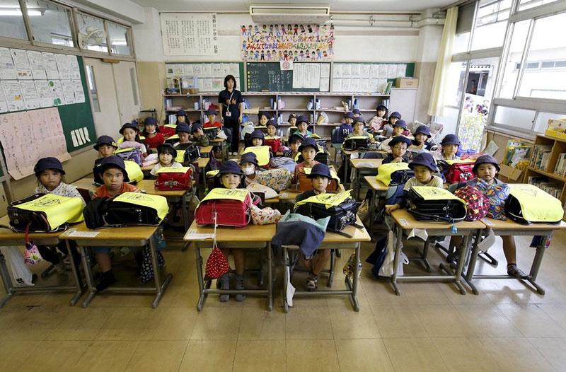 بچه های مدرسه ابتدایی در توکیو ژاپن به همراه معلم خود.