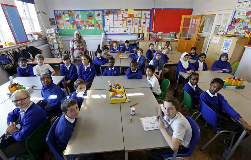 دانش آموزان دوره ابتدایی همراه با معلم خود در لندن.