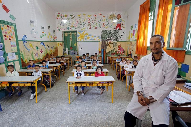 دانش آموزان به همراه معلم خود در جشن سال جدید تحصیلی، مراکش.