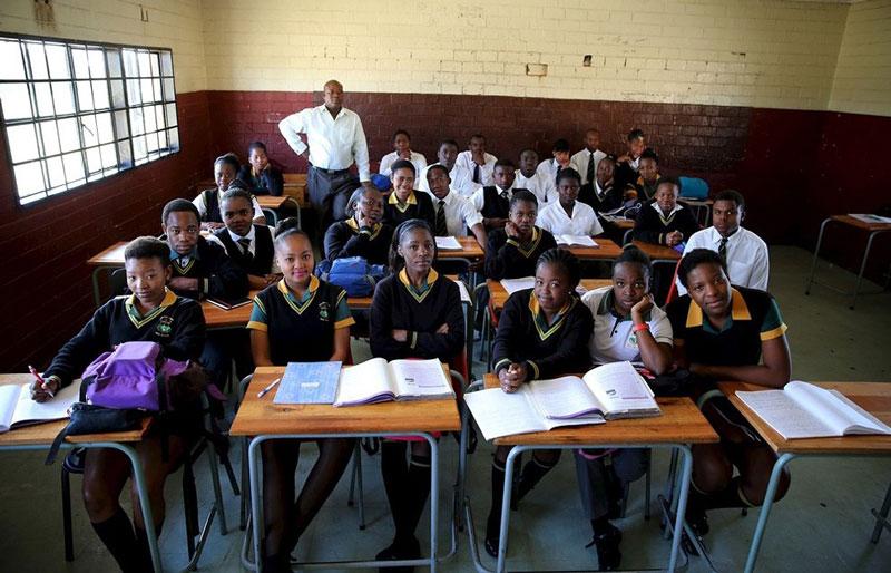 دانش آموزان آفریقای جنوبی به همراه معلم خود.