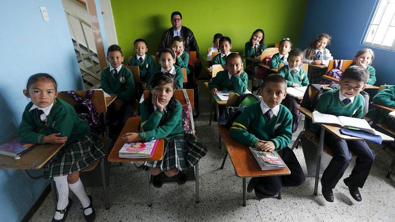 دانش آموزان کلمبیایی به همراه معلم خود .