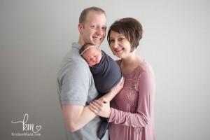14 ایده عکاسی از نوزاد در آتلیه به همراه مادر و پدر
