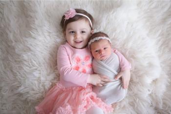 ایده عکاسی از نوزاد در آتلیه به همراه خواهر، مادر و پدر